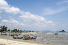 Łodzie rybackie na plaży przy popołudniem Zdjęcia Stock