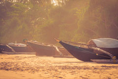 Łodzie rybackie na tropikalnej plaży zdjęcia stock