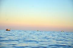 Łodzie rybackie odjeżdżają w ranku, podczas wschodu słońca, w morzu Obraz Royalty Free