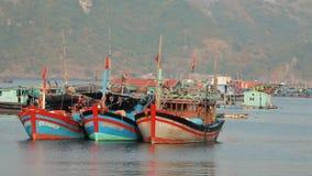 Łodzie rybackie przy brzęczeniami Tęsk zatoka zbiory