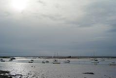 Łodzie rybackie przy niskim przypływem w UK Zdjęcia Royalty Free