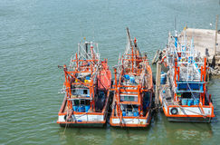 Łodzie rybackie stoją w schronieniu odtransportowywać ryba od łodzi rynek Zdjęcia Royalty Free