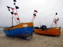 Łodzie rybackie w schronieniu ciągnęli out na plaży Fotografia Stock