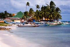 Łodzie są spławowe w wodach w od San Andrés wyspy portu Kolumbia obraz royalty free