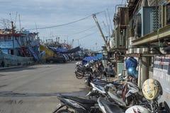 Łodzie są z powrotem przy schronieniem od połowu tuńczyka w Dżakarta, Indonezja obraz stock