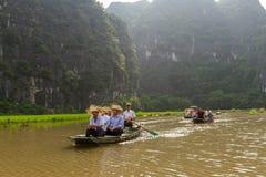Łodzie turyści na Ngo Dong rzece przy Trang UNESCO świat obrazy stock