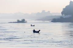 Łodzie w Irrawaddy rzece w Mandalay, Myanmar zdjęcia royalty free