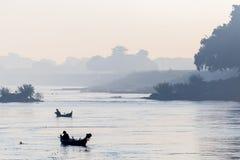 Łodzie w Irrawaddy rzece w Mandalay, Myanmar zdjęcie stock