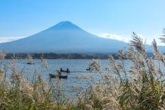 Łodzie w jeziorze w Kawaguchiko jeziorze, Fuji góry tło Obrazy Royalty Free