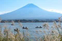 Łodzie w jeziorze w Kawaguchiko jeziorze, Fuji góry tło Obrazy Stock
