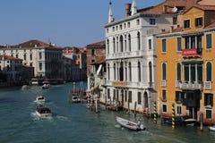 Łodzie w kanał grande w Wenecja, Włochy fotografia royalty free