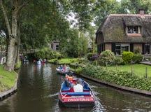 Łodzie w kanałach w Giethoorn obrazy stock