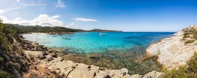 Łodzie w małej skalistej zatoczce z piaskowatą plażą w Corsica Obrazy Stock