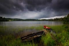Łodzie w małej zatoce na Jonsvatnet jeziorze, Norweski lato czas obrazy royalty free