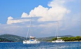 Łodzie w morze śródziemnomorskie krajobrazie Obraz Stock
