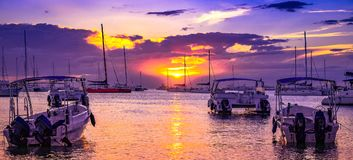 Łodzie w pięknym spokojnym zmierzchu przy karaibską plażą Fotografia Stock