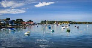 Łodzie w Poole schronieniu w Dorset, przyglądającym Brownsea wyspa out fotografia royalty free