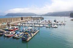 Łodzie w porcie w Lastres, Asturias obrazy stock