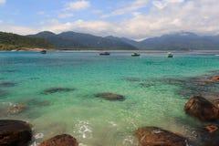 Łodzie w przejrzystej wodzie plażowy Aventueiro Grande wyspa Ilha, Brazylia zdjęcia royalty free