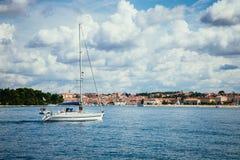 Łodzie w zatoce z kryształem - jasna woda, Chorwacja zdjęcia royalty free