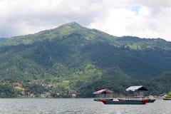 Łodzie wokoło Phewa jeziora i wzgórza w Pokhara, popularny turysta obraz stock
