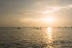 Łodzie z pięknym zmierzchem przy morzem Fotografia Royalty Free