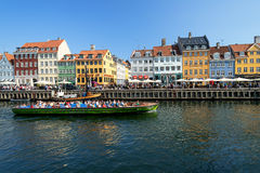 Łodzie z turystami przy Nyhavn obraz royalty free