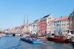 Łodzie z turystami przy Nyhavn Kopenhaga obrazy stock