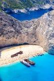 Łodzie zakotwiczać przy Navagio plażą, Zakynthos Sławny shipwreck dalej obrazy stock