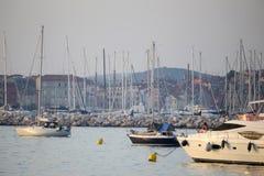 Łodzie zakotwiczać przy zmierzchem w Adriatyckim morzu Obraz Stock