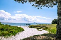 Łodzie zakotwiczali przy ustronną piaskowatą plażą przy Karikari półwysepem, Obraz Royalty Free