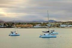 Łodzie zamykać port Corralejo, Fuerteventura obraz royalty free