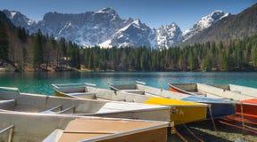 Łodzie zbliżają Jezioro Lagho Di Fusine w Italy obraz stock