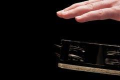Łomotać tambourine w ręki zbliżeniu Obraz Stock