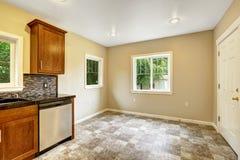 Łomotać teren w pustym kuchennym pokoju Zdjęcie Royalty Free