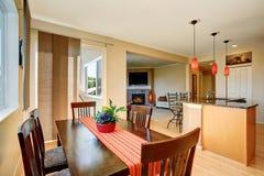 Łomotać teren z drewnianym stołu setem otwarte plan piętra Obraz Stock