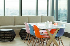 Łomotający izbowego kolorowego krzesła i żyjący Fotografia Stock