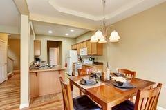 Łomotający teren łączącego kuchenny izbowy wnętrze otwarte plan piętra Zdjęcia Royalty Free