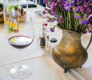 Łomotanie stół z szkłem wino Obrazy Royalty Free