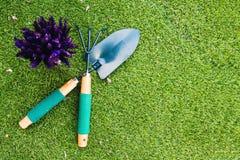 Łopata, świntuch i kwiat na trawie, Obraz Stock