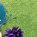 Łopata, świntuch i kwiat na trawie, Obrazy Royalty Free