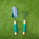 Łopata i świntuch na zielonej trawie Fotografia Stock