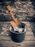 Łopata i flowerpot Amerykański dolar na drewnianym tle Zdjęcia Stock