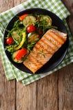 Łosoś piec na grillu z sałatką, arugula, pieprzem i pomidorami zucchini, Fotografia Royalty Free