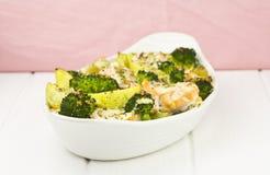 Łosoś piec z brokułami i grulami obraz stock