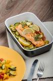 Łosoś piec z tymiankowymi i Śródziemnomorskimi warzywami Fotografia Stock
