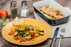 Łosoś piec z tymiankowymi i Śródziemnomorskimi warzywami Zdjęcie Stock