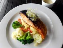 Łosoś piec, zdrowy naczynie z warzywami zdjęcie stock