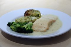 Łosoś Polędwicowy z jarzynowymi medalionami, mieszanym warzywem, kumberlandem w białym naczyniu, zielonym brokułów, cytryny i kop zdjęcia stock