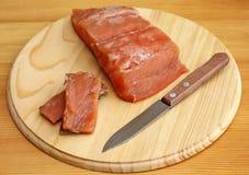 Łosoś polędwicowy z nożem na tnącej desce, zakończenie Zdjęcia Stock